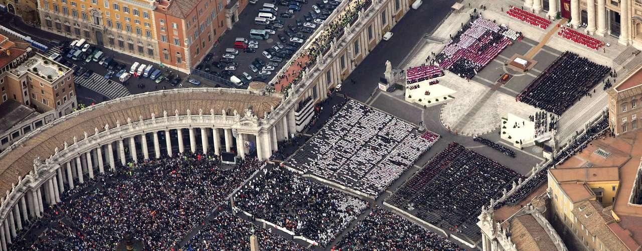 Se cree que entre 2 y 4 millones de personas asistieron al funeral del Papa Juan Pablo II en el Vaticano y en Roma el 8 de abril 2005
