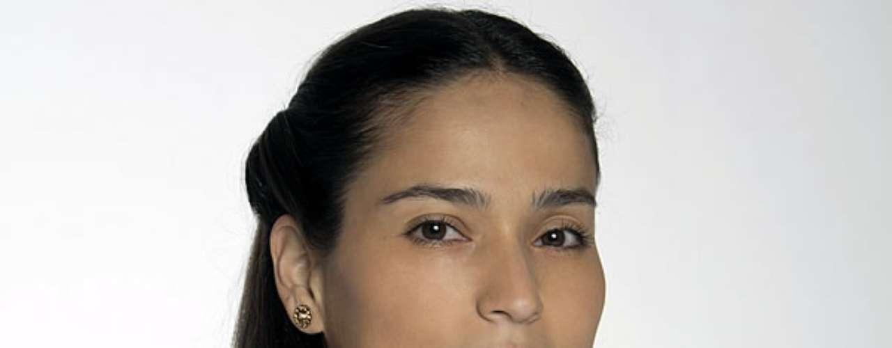 Juliana Posso es Delfina Castaño: Compañera, confidente y paño de lágrimas de Rosa. Esta mujer de carácter casi invisible sufrirá una increíble transformación y conocerá en carne propia las razones para odiar y amar al mismo tiempo.