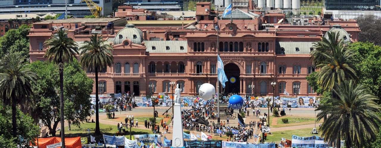 Cientos de miles de argentinos se congregaron frente a la Casa Rosada en Buenos Aires, para despedir a Néstor Kirchner el 28 de octubre de 2010. El cuerpo fue expuesto para visitas durante más de 24 horas