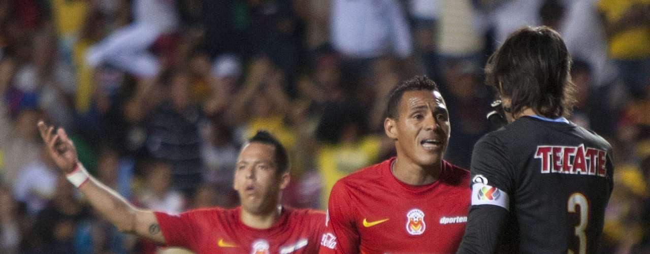 Federico Vilar fue expulsado tras cometer una falta sobre Raúl Jiménez en el área chica.