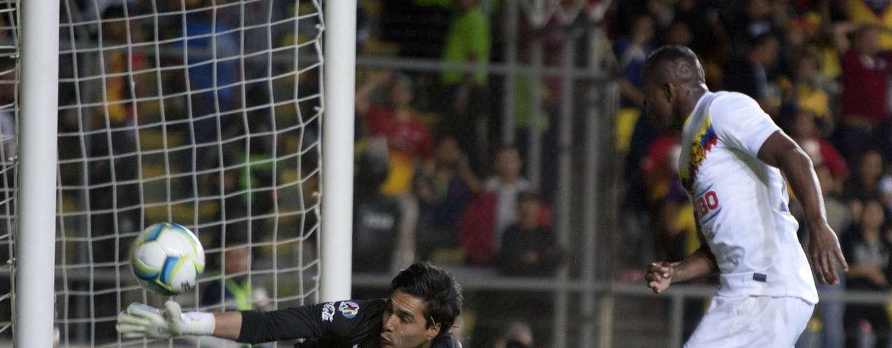 Carlos Rodríguez tomó el lugar del guardameta argentino y tuvo buenas intervenciones, tal como ésta al inicio del segundo tiempo tras un zurdazo de Benítez.