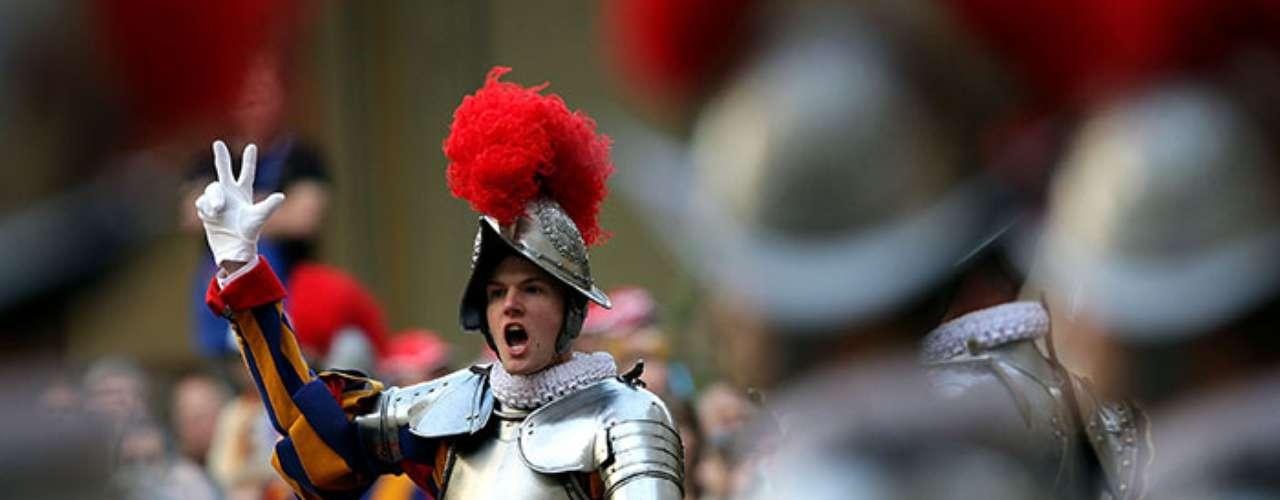 La guardia Suiza alcanzó su mayor gloria cuando defendió al Papa Clemente VII en Roma de la invasión española y alemana de Carlos V que pretendía asaltar y secuestrar al Papa. Unos 150 hombres de la guardia papal se enfrentaron a más de un millar de españoles y aunque sobrevivieron 42 lograron que el pontífice escapase vivo.
