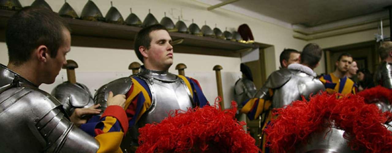 Militarmente la guardia apostólica depende del Ejército suizo, que paga parte del sueldo a sus miembros.