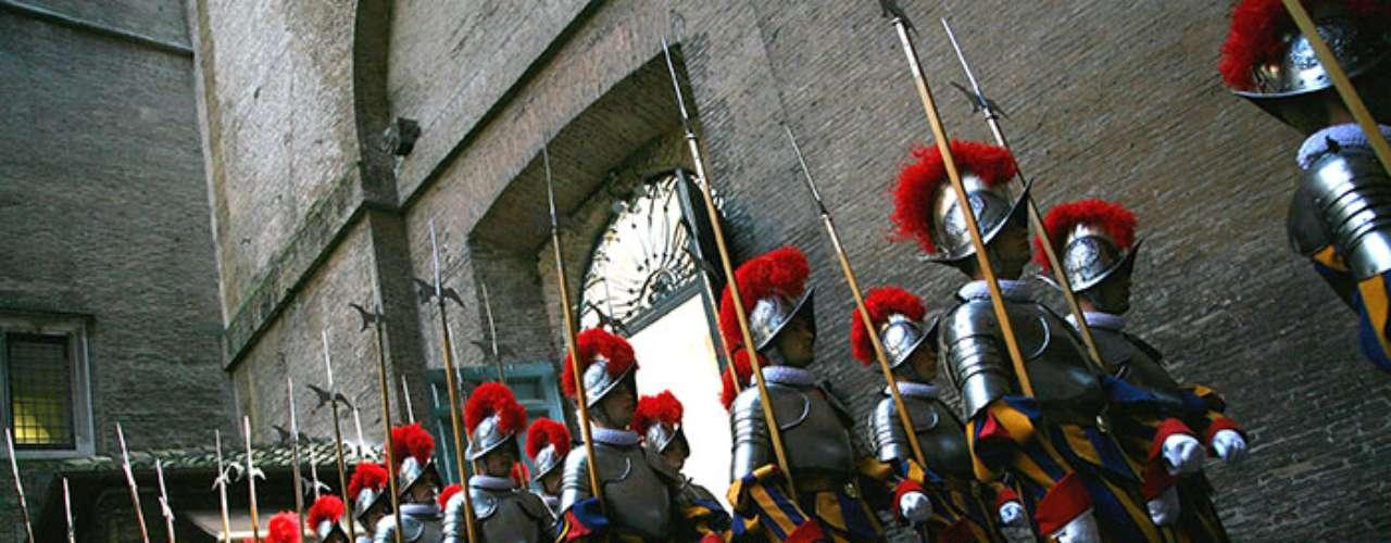 En 1506 nace oficialmente la Guardia Suiza Pontificia. Un grupo de ciento cincuenta suizos, a la orden del capitán Kaspar von Silenen, del Cantón de Uri, entraron por la Puerta del Pueblo en el Vaticano.