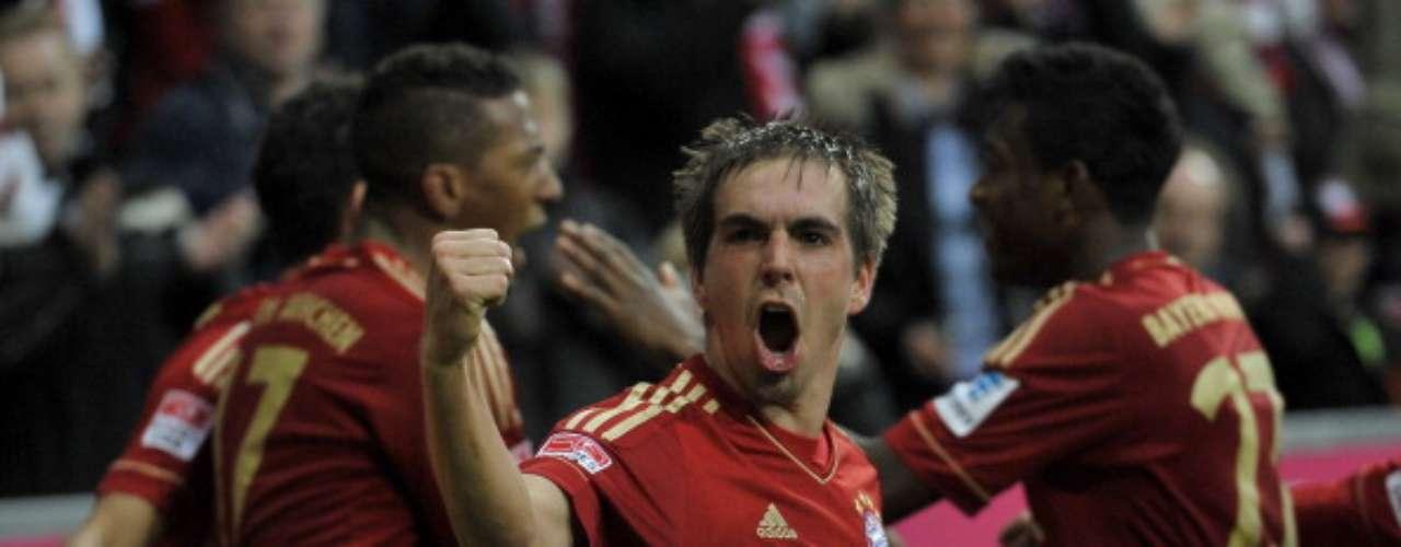 Philipp Lahm, capitán deBayern Múnich, festeja eufórico la victoria de 3-2 sobre Fortuna Düsseldorf, con lo que siguen como líderes generales, sacando una ventaja de 20 puntos sobre su más cercano perseguidor.