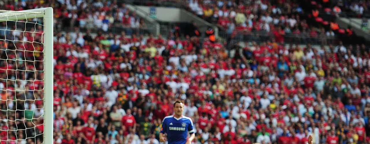El primer gol de 'Chicharito' ante Chelsea fue el 8 de agosto del 2010 en la Community Shield en Wembley de una manera pelculiar la meter el balón con la cara