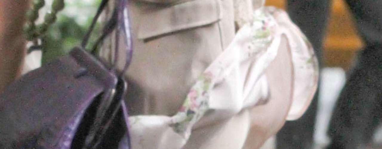 Blake Lively a pesar de llevar un atuendo muy cortito el viento hizo de las suyas dejando ver que la esposa de Ryan Reynolds no es perfecta y muy vanidosa y por eso usa spanx