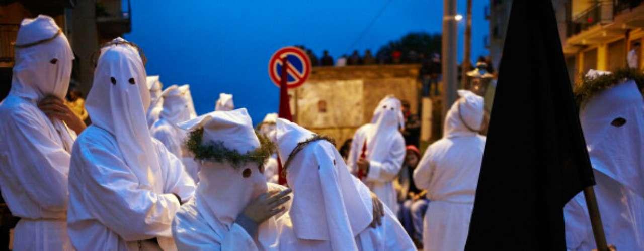 Capirote, capuz, capuchón son algunos de los nombres que pueden darse a esta prenda, cuyo origen es común y se remonta a la época de la Inquisición, el tribunal religioso surgido en el sur de Francia en 1184 para perseguir la herejía cátara, aunque su máxima expresión y poder se produjo en España donde actuó entre 1481 y 1821.