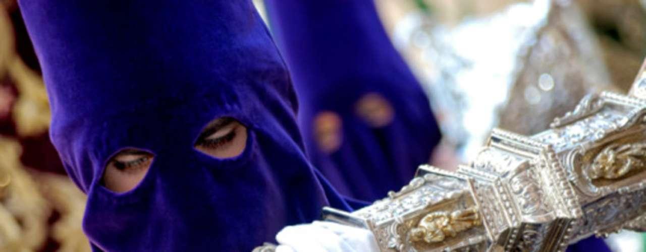 El cucurucho de cartón que estiliza y cubre la figura de los nazarenos en la Semana Santa, es uno de los signos más distintivos de los participantes en las procesiones religiosas y cuyo origen hay que buscarlo en la época de la Inquisición.
