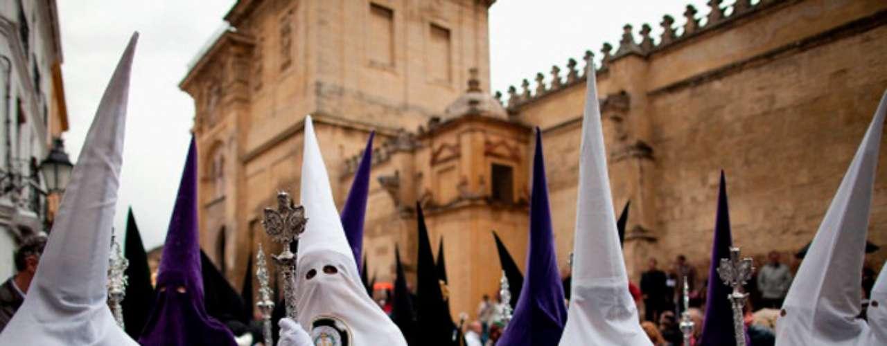 En la actualidad gran parte de los penitentes salen a procesionar con el rostro tapado, aunque históricamente esta costumbre se vio interrumpida a finales del siglo XVIII, cuando el rey Carlos III dictaminó que los cofrades debían salir a rostro descubierto,