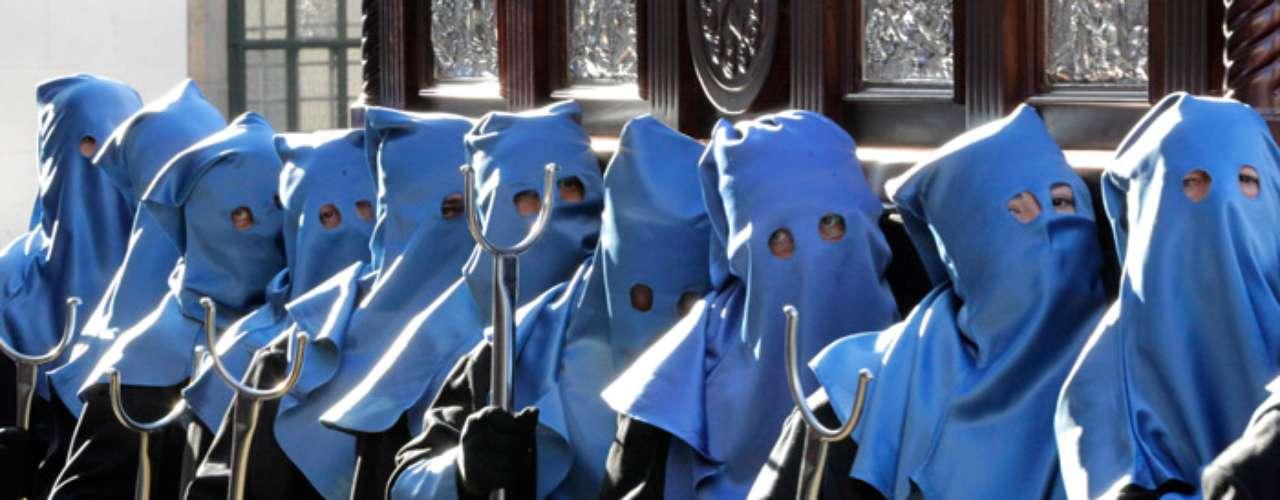 Niños con el rostro cubierto con capirotes de vivos colores participan en la Procesión del Fogaréu en Goias (Brasil).