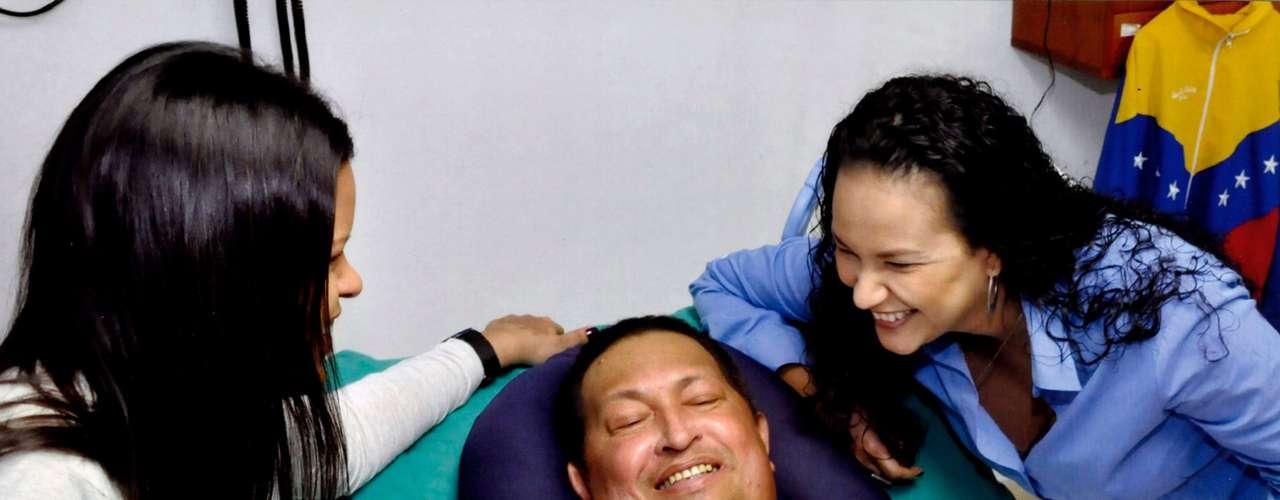 Además, el reportaje reveló que es posible que tras la muerte de Hugo Chávez sus hijas se trasladen a Argentina y que hay que rumores de ya viajaron a ese país para identificar propiedades allí.