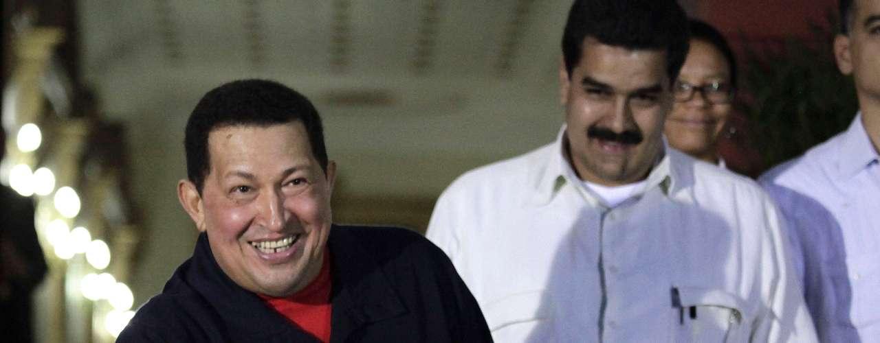 Su cargo como presidente lo llevó a Miraflores y a usar costosos trajes, según el reportaje. Pero a las denuncias se suma un artículo publicado por el diario El País de Uruguay, el cual afirma que Chávez gastaba millones de dólares en fiestas y trajes.