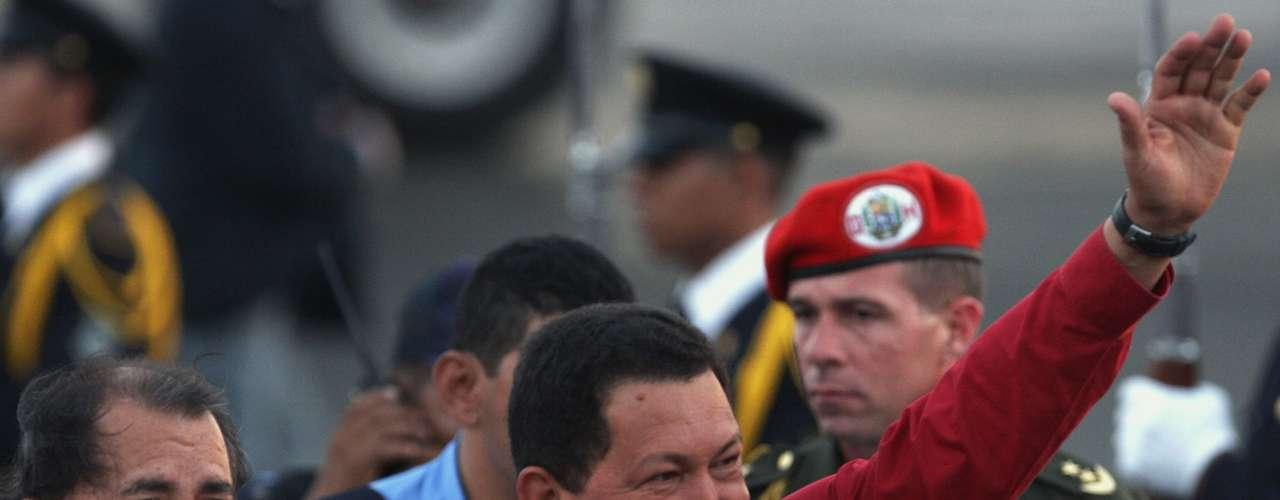 Para evidenciar la buena vida del mandatario, el artículo describe que en 2011, dos agentes del gabinete de Chávez salieron en misión especial al Banco Central, en donde recogieron 5 millones de dólares para viáticos de un viaje que el presidente hizo a Moscú, Kiev, Teherán, Damasco y Trípoli, en una gira que duró 10 días. Según la nota,además de ese dinero, Chávez mandó a buscar 5 millones de dólares más y despegó a bordo del Airbus presidencial de 70 millones de dólares, con 90 acompañantes, entre seguridad, médicos y cocineros.