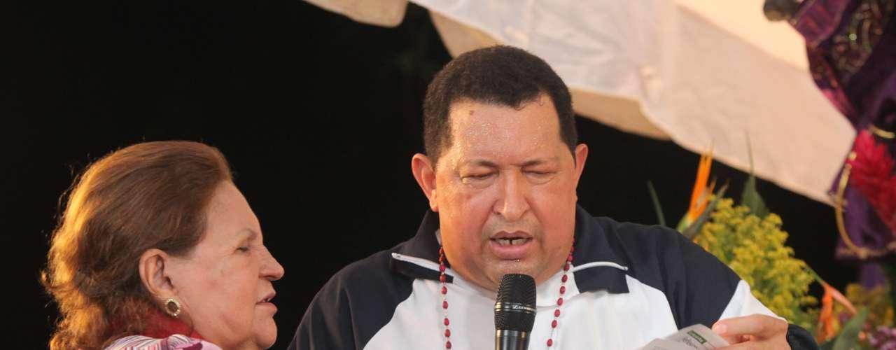Se dice que una las personas que más cambió cuando Chávez llegó al poder fue su madre, Elena Frías. Según la DEA, la madre y los hermanos del mandatario venezolano tenían 140 millones de dólares en Estados Unidos, en 2008.La madrepasó de vestir como una mujer humilde para llevar vestidos de marca y cartera Luis Vuitton.