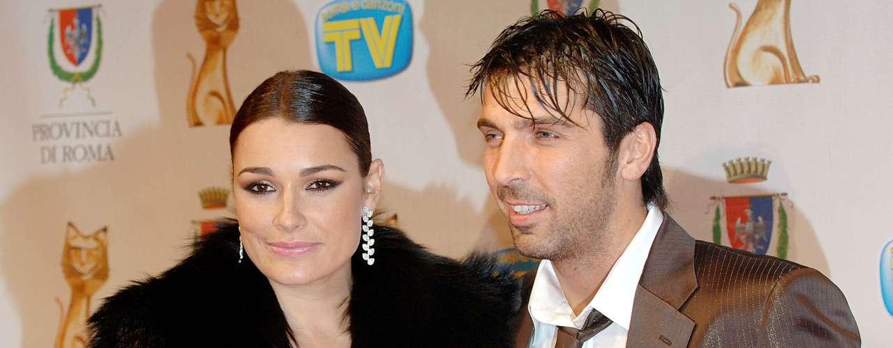 Gianluigi Buffon y Alena Seredova: El portero italiano, capitán de Juventus, y la bella modelo checa están casados desde el 2011. La pareja tiene dos hijos, Louis Thomas y David Lee.