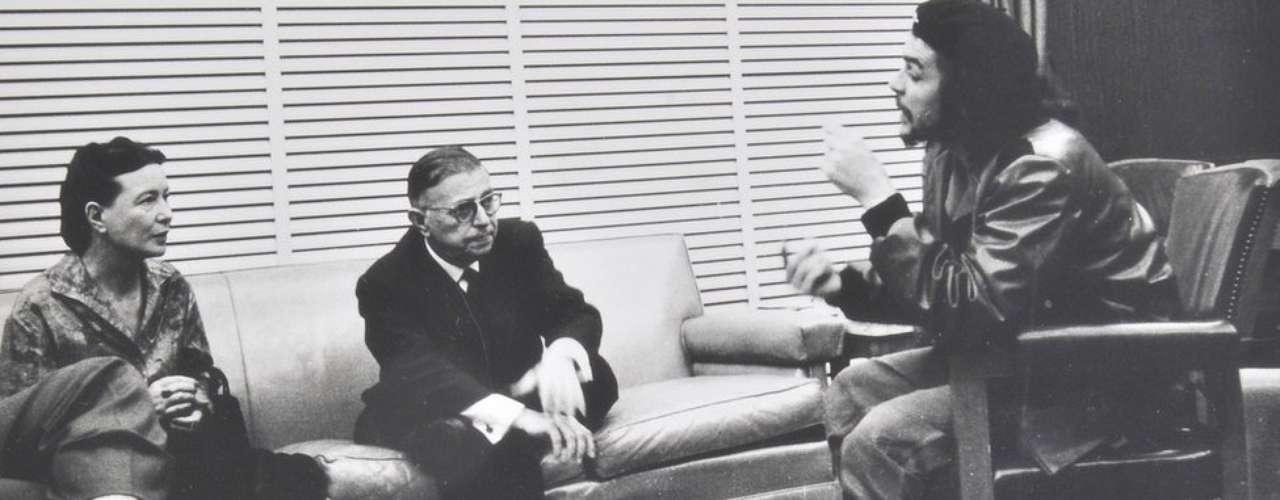 Entre las fotos vendidas se encuentra esta del Che Guevara conversando con los filósofos Jean Paul Sartre y Simone de Beauvoir.