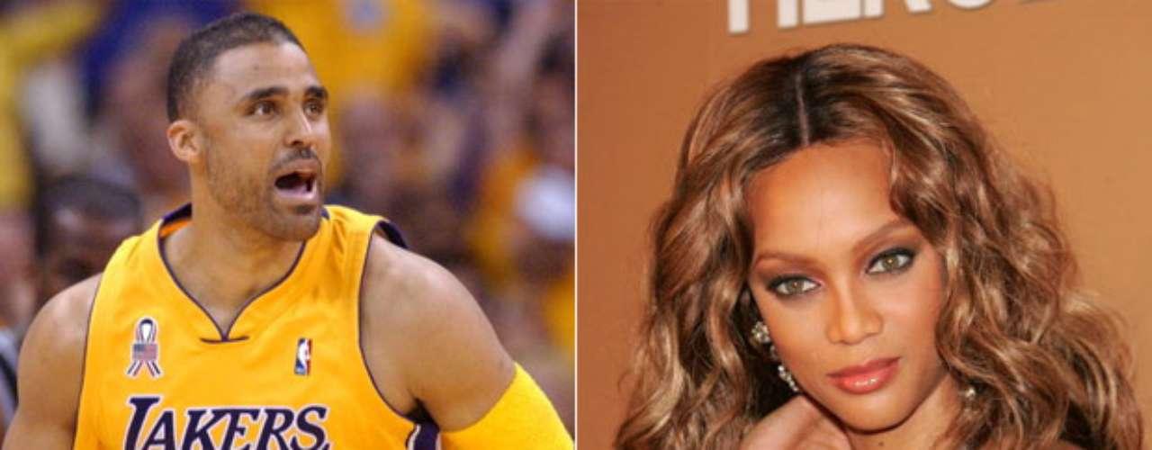 Rick Fox y Tyra Banks: El ex alero canadiense de la NBA y la bella supermodelo estadounidense salieron por un tiempo, antes de terminar su relación en 1992. Tyra salió después con otro jugador de la NBA, el ex ala-pívot Chris Webber entre 2001 y 2004.