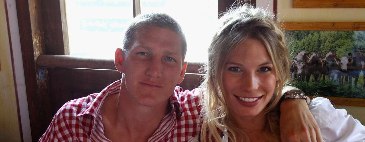 Bastian Schweinsteiger y Sarah Brandner: El mediocampista del Bayern Múnich y la bella modelo alemana son pareja desde 2007, después de haberse conocido en la secundaria.