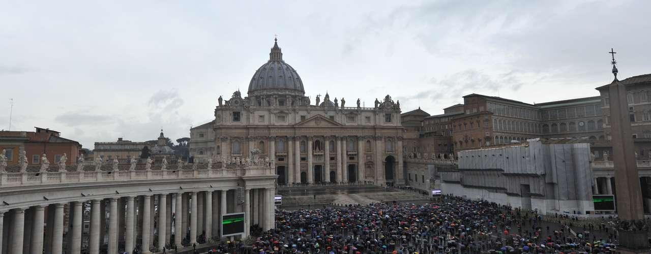 Durante este miércoles se celebrarán otras dos votaciones. Si hay consenso, la chimenea expulsará un humo blanco, alertando al mundo que un nuevo papa ha sido elegido. Si no, el humo negro otra vez pintará el cielo de Roma.