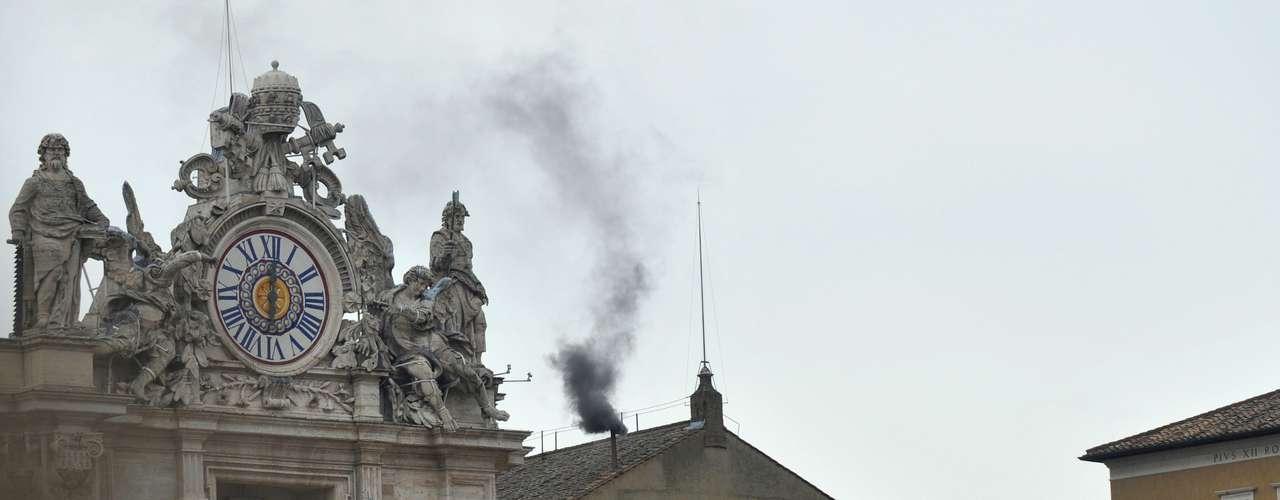Los técnicos del Vaticano se aseguraron esta vez de que, al menos la fumata negra, se vea claramente, y no como en 2005, cuando el humo que salía por la chimenea empezaba siendo gris antes de cambiar hacia uno u otro color, creando confusión.