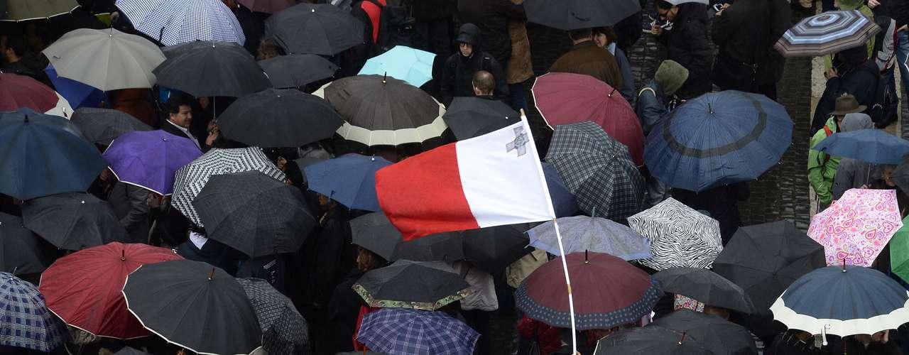 El público, armado de paraguas, no salió de la Plaza de San Pedro, pese a la lluvia. En el último siglo ningún cónclave ha superado los cinco días.