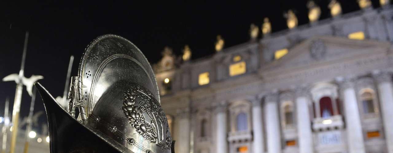 La Guardia Suiza se ha desplegado delante del balcón principal del Vaticano, lugar por donde el papa saludará a los fieles reunidos en la plaza de San Pedro de Roma.