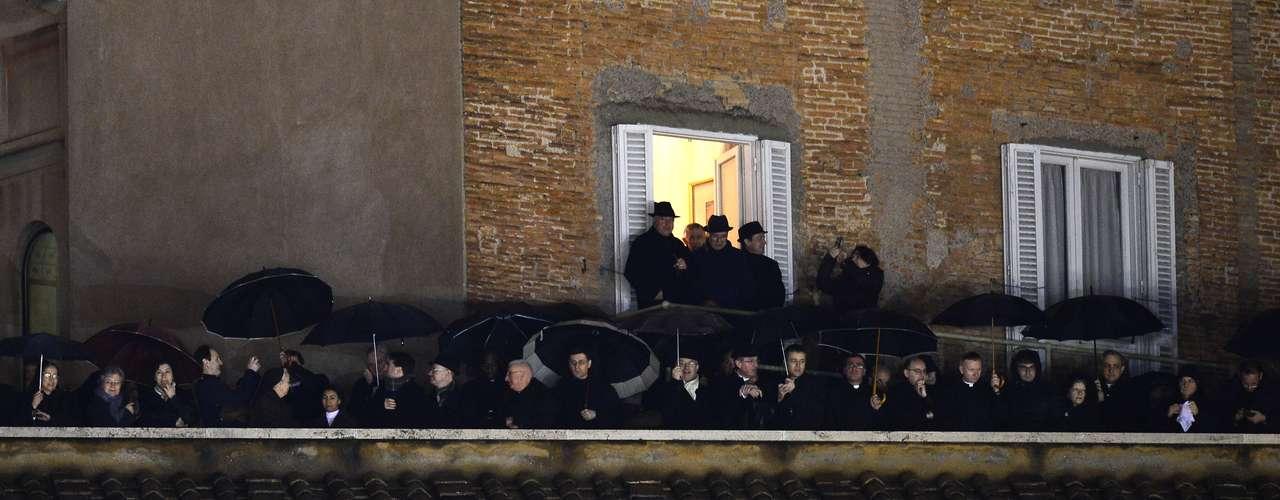 El papa 266º fue revelado este miércoles desde el balcón central de la Basílica de San Pedro, minutos después de que se viera la fumata blanca saliendo de la chimenea de la Capilla Sixtina.