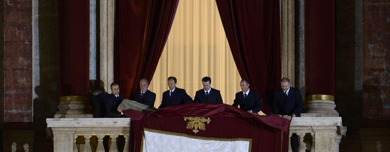 El balcón era preparado para que el mundo conociera al nuevo papa. El número 266 y sucesor de Benedicto XVI.