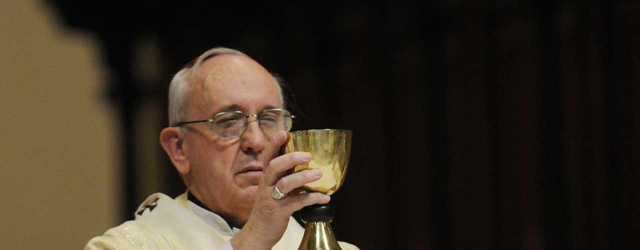 En mayo de 1992, Juan Pablo II lo nombró obispo auxiliar de Buenos Aires. Luego se convirtió en el primer jesuita primado de Argentina y, en febrero de 2001, vistió finalmente el púrpura de cardenal.