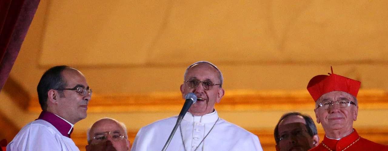 El nuevo papa, Francisco I, se presentó en el balcón del Vaticano ante los fieles pidiendo que pidan a Dios que le bendiga en su nuevo camino, que debe ser de amor y hermandad.