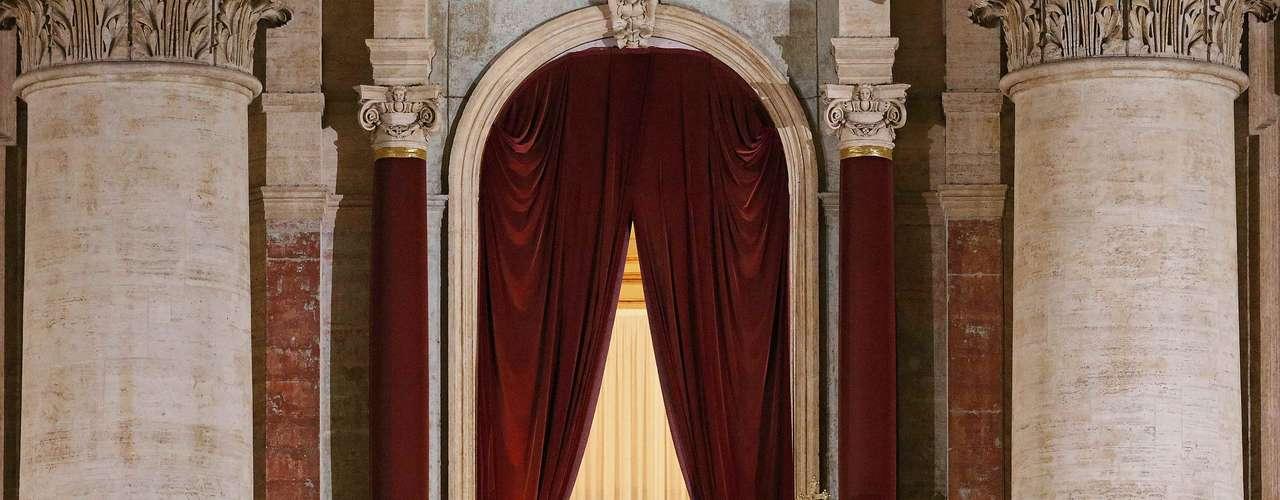 Tras al menos cuatro votaciones y dos fumatas negras, los 115 cardenales electores han elegido al cardenal de 76 años, como el sucesor nº 266 de Pedro.