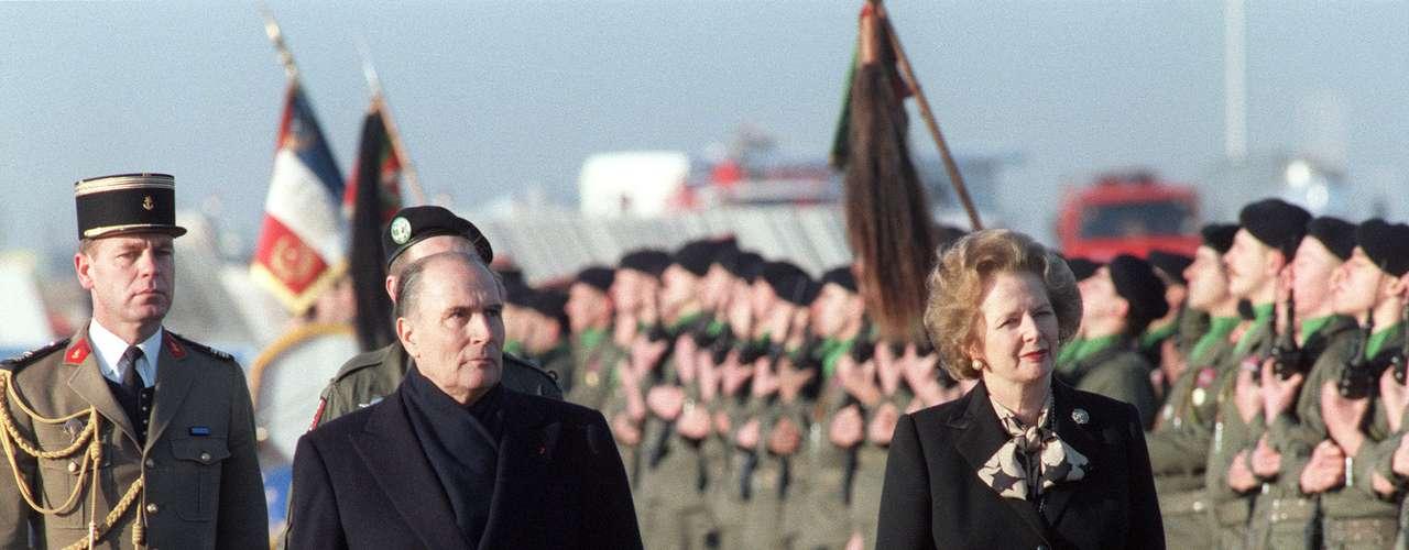 El presidente francés Francois Mitterrand da la bienvenida a la primera ministra británica en 1986, después de anunciar la construcción de las vías ferroviarias que pasarían debajo del Canal de la Mancha.