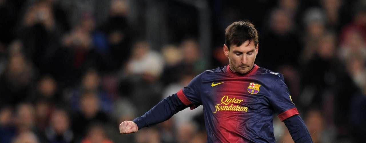 En otra postura casi calcada de Maradona para impactar el balón, Messi se está transformando en un temible ejecutante de faltas. El Real Madrid, por caso, ya lo sufrió un par de veces.