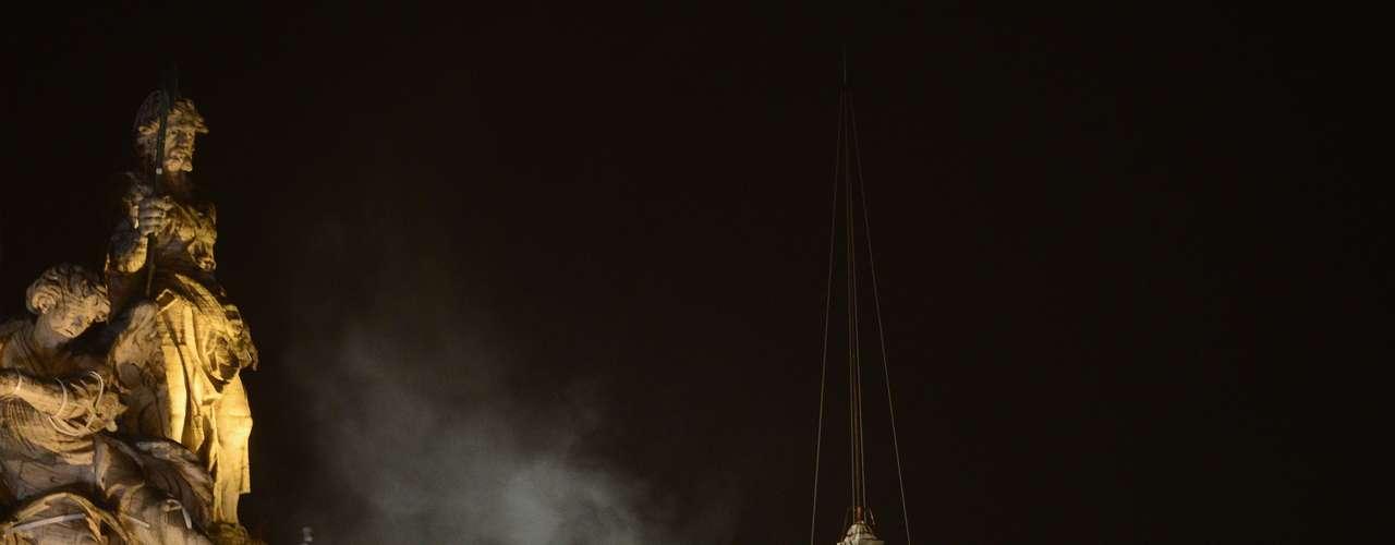 El mensaje del esperado humo que salió a las 18H05 GMT fue confirmado por el tañido de las campanas de San Pedro, bajo las aclamaciones de una muchedumbre enfervorizada que desafío la lluvia intermitente con banderas de numerosos aíses