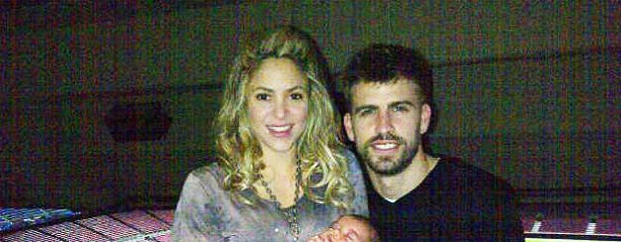 Gerard Piqué, Shakira, y suhijoMilán celebran en el Camp Nou después de 4-0 del Barcelona sobre elAC Milan en la Liga de Campeones. Piqué puso la foto en su cuenta de Twitter. Varios de sus compañeros de equipo también publicaron sus festejos en las redessociales.