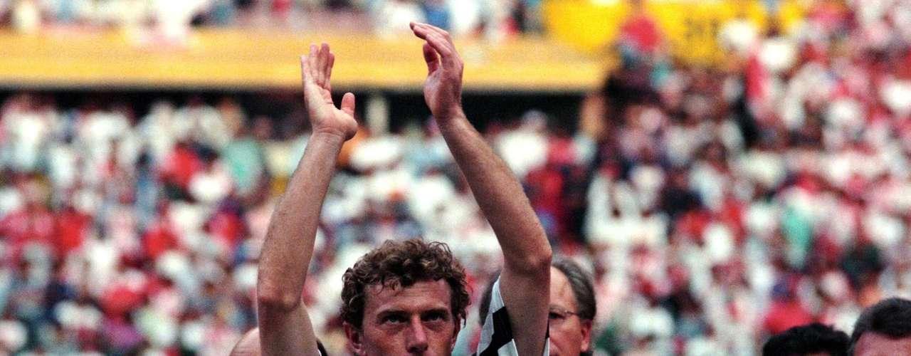 Seguimos con los jugadores que por su calidad futbolística, entrega o carisma, se ganaron un lugar en el corazón de los aficionados del Atlético Celaya, un equipo que reunió 'sangre madridista' y que estuvo a punto de hacer historia en la campaña 1995-96, justo en su primera intervención en Primera División.Emilio Butragueño vino al futbol mexicano para dicha temporada, en la cual hizo 14 goles y en la que los 'Toros' fueron subcampeones; el 'Buitre' tuvo una ocasión clara de cabeza en la final de Vuelta, disputada en el estadio Azteca, pero el criterio de goles favoreció al Necaxa, a la postre ganador.