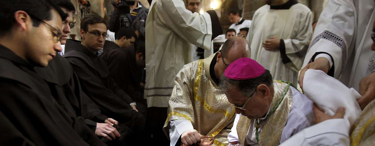 También se reproducen en las iglesias católicas más tradicionales la escena del lavado de los pies, seguidas por los tormentos espirituales que según los relatos padeció Jesús en el jardín de Getsemaní.