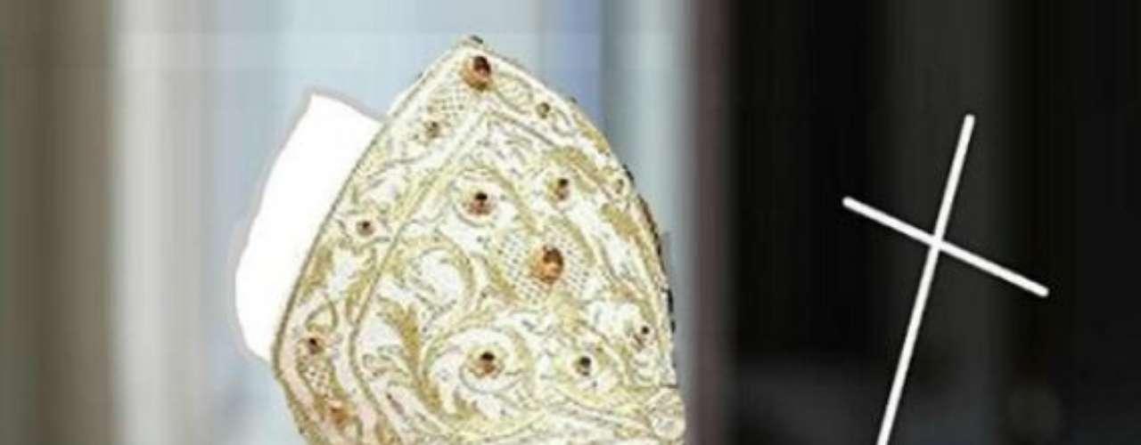 ¿Y qué piensan de esta imagen donde se ve una papa llevando la mitra que suele usar el sucesor de San Pedro? Sin duda, un juego de palabras.
