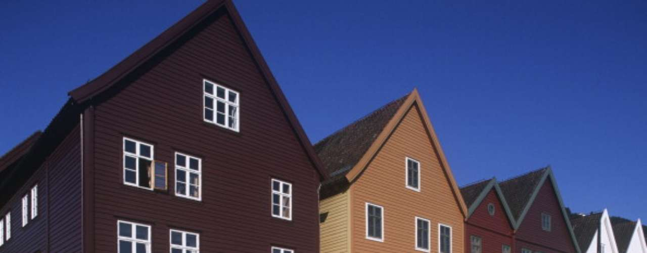 Noruega ocupa el primer lugar en el índice de desarrollo humano de la ONU, los noruegos tienen una esperanza de vida al nacer de 81,3 años, un promedio de escolaridad de 12,6 años y su ingreso bruto per cápita del año pasado fue de 48.688 dólares. En la imagen Bergen - Bryggen, el antiguo muelle (UNESCO Lista del Patrimonio Mundial, 1979)