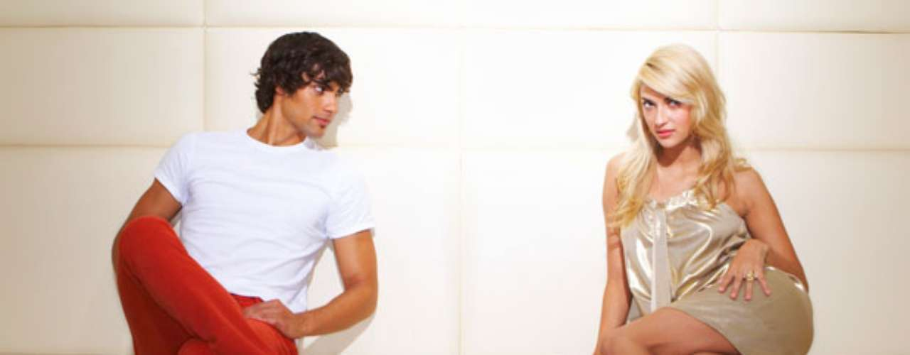 No dejes en ningún momento tu feminidad, tanto en tus movimientos como en tus comentarios y tu postura. Mantente siempre sexy sacando el pecho y con la espalda recta, si estás sentada no olvides cruzar las piernas.