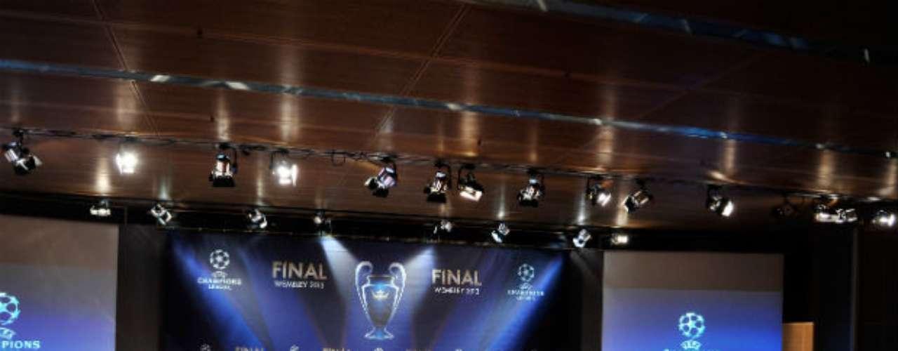 El escenario para el sorteo de la Champions lució todo en perfecto orden, antes de celebrarse los emparejamientos.