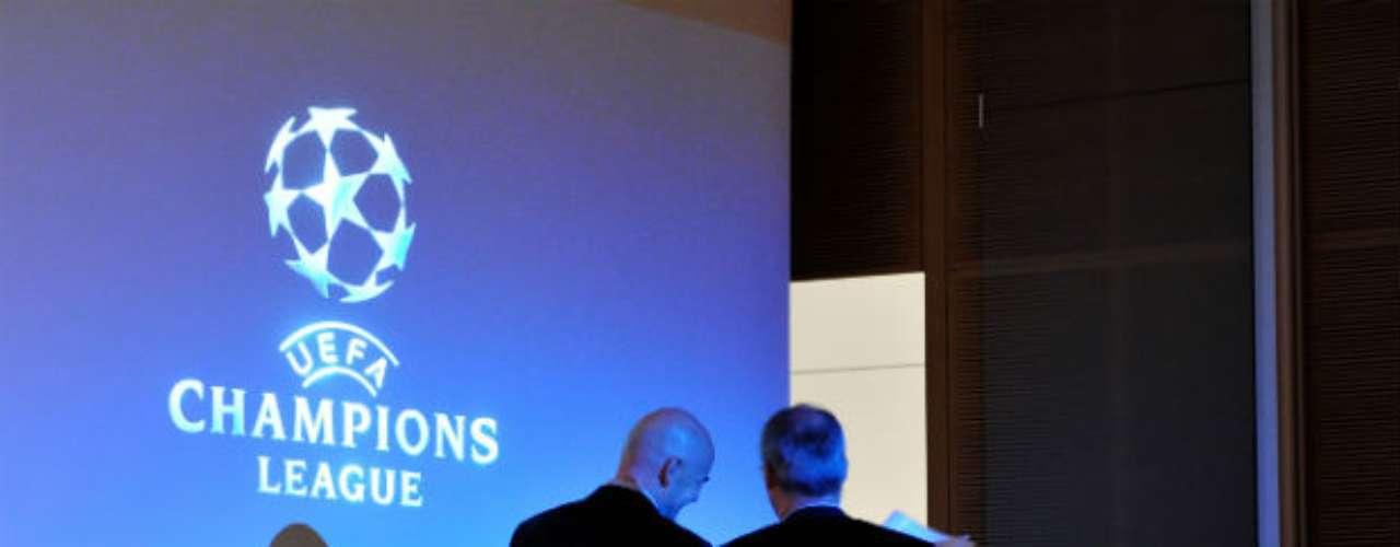 Gianni Infantino, secretario general de la UEFA y Giorgio Marchetti, director de competición de la UEFA, fueron los que encabezaron el sorteo.