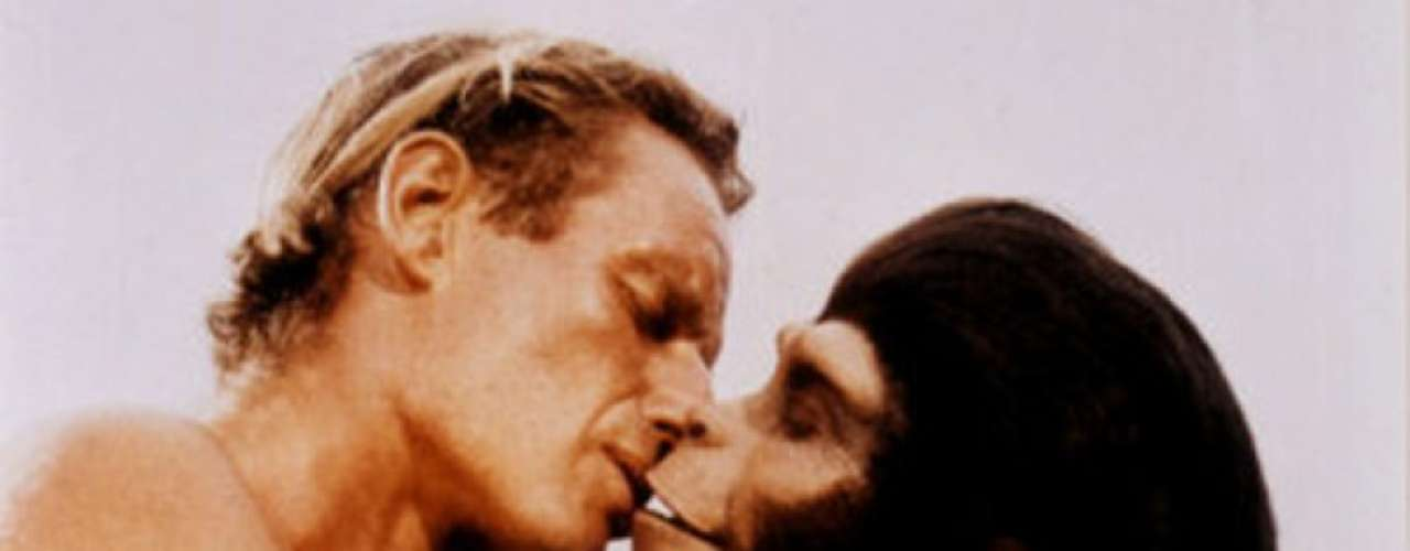 Entre especies: Imposible no agregar este ósculo en el ranking de besos raros. Se dio en la cinta 'El planeta de los simios' (1968) entre Charlton Heston quien dando vida a George Taylor besa a la simia Zira interpretada por Kim Hunter. Sin duda se trata de uno de los acercamientos más curiosos en la pantalla grande.