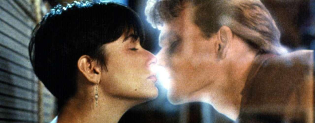 Fantasmal: En una de las escenas finales de 'Ghost' (1990), Molly (Demi Moore) termina besando a Sam (Patrick Swayze) quien está muerto y la visita en forma de espíritu. A pesar de lo extraño, esta es considerada como una de las escenas más románticas del cine.