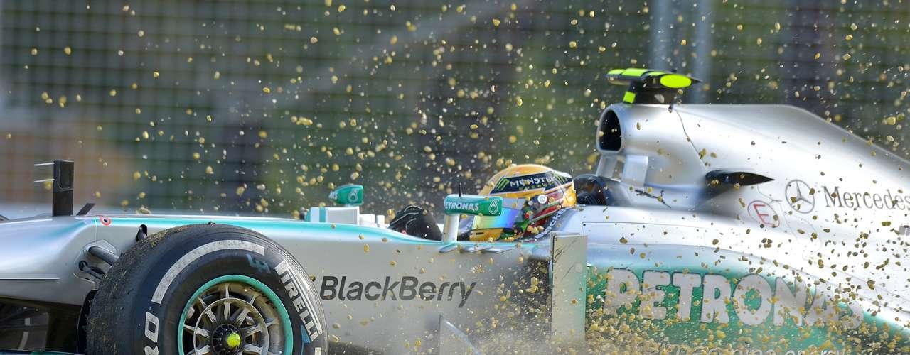 Lewis Hamilton no pudo dejar a su Mercedes dentro de la pista.