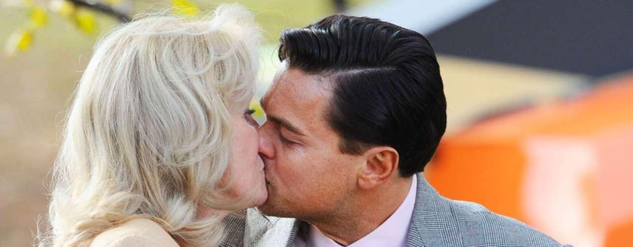 Entre generaciones: Leonardo Di Caprio ha dado que hablar bastante con una escena que protagoniza en la cinta 'The Wolf of Wall Street' (2013) donde tiene que besar a Joanna Lumley, actriz de 66 años y que interpretaría a la tía del actor. Se ha dicho incluso que ambos debieron repetir la curiosa escena que toma lugar en una banca de un parque, nada más ni nada menos que 27 veces.