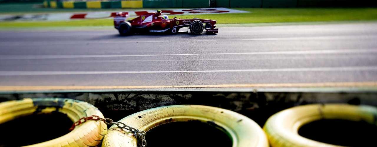 Un fotógrafo sigue de cerca el paso de Massa por la pista.