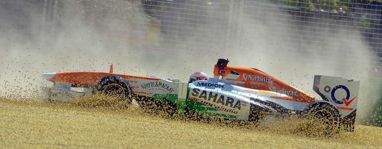 El Force India, con Paul di Resta al volante, queda atrapado en el césped de Albert Park.