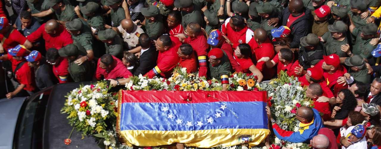 """Chávez pasó sus últimos 20 meses de vida en una intensa lucha contra un cáncer que le fue diagnosticado a mediados de 2011, cuando el presidente notificó que sus médicos habían hallado un """"tumor abscesado en la zona pélvica"""" con presencia de células cancerosas, lapso en el que fue sometido a operaciones, quimioterapia y radioterapia."""